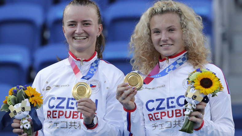 Tenisistki Barbora Krejcikova (L) i Katerina Siniakova (P) celebrujące zdobycie złotego medalu w grze podwójnej kobiet