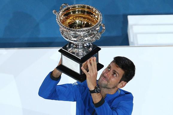 Novak Đoković sa peharom Australijan opena