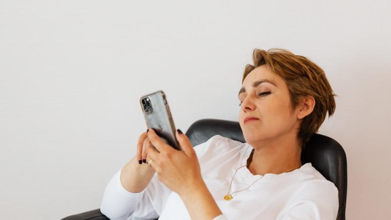 Kobieta z telefonem. Prokrastynacja