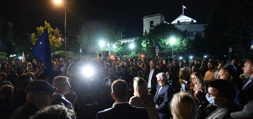 Protest przed Sejmem. Doszło do przepychanek z policją. Zaatakowano posła. WIDEO