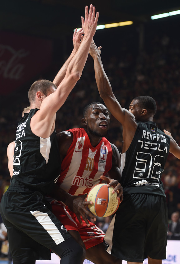 Majkl Odžo u duelu sa igračima Partizana