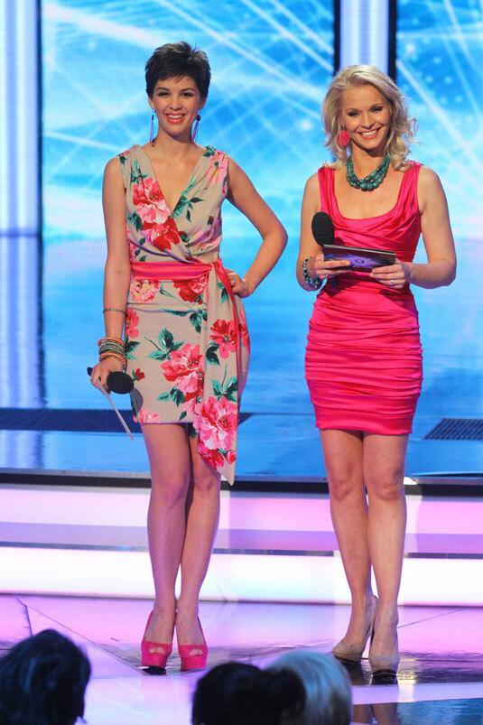 b5aa2721b2 Holly Madison is ugyanolyan ruhában pózolt, mint Lilu pink Dolce & Gabbana  ruhája, csupán egy másik árnyalatban.