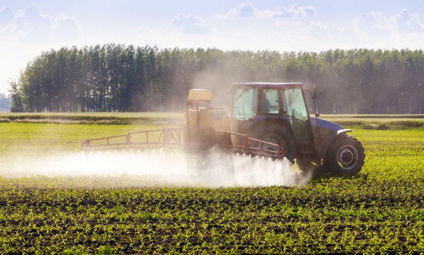 Rolnik opryskujący pole