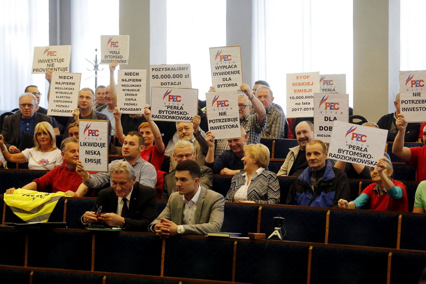 Pikieta pracowników PEC w Bytomiu na sesji rady miasta