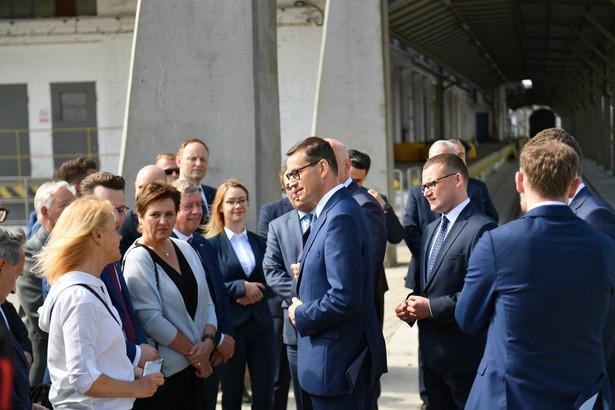 Premier Mateusz Morawiecki (C) i wiceminister spraw wewnętrznych i administracji Paweł Szefernaker (2P) podczas wizyty w Porcie Szczecin