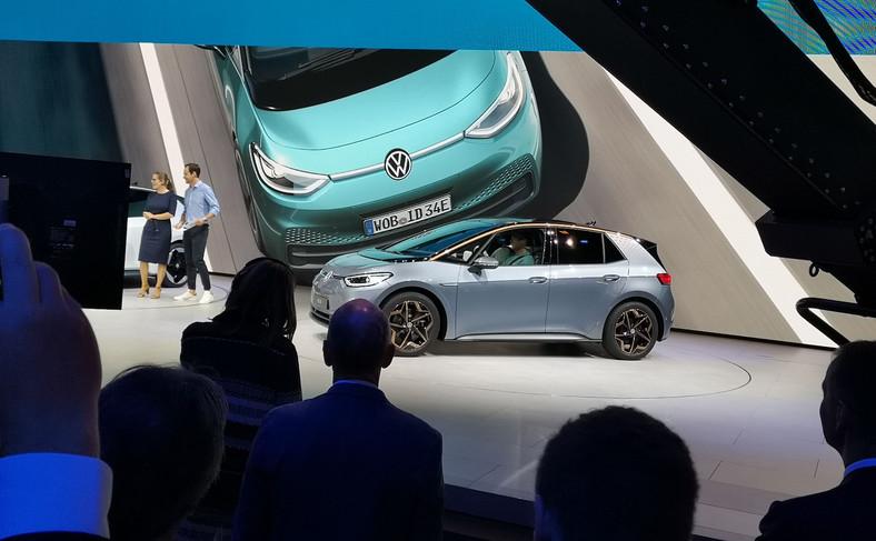 Volkswagen ID.3 to jedna z najważniejszych premier tegorocznego salonu samochodowego we Frankfurcie. Tak dla kierowców, jak i VW, dla którego ten nowy model na prąd oznacza początek nowej, elektrycznej ery w historii marki. Już dziś liczba zamówień wersji 1 Edition przekroczyła 30 tys. sztuk