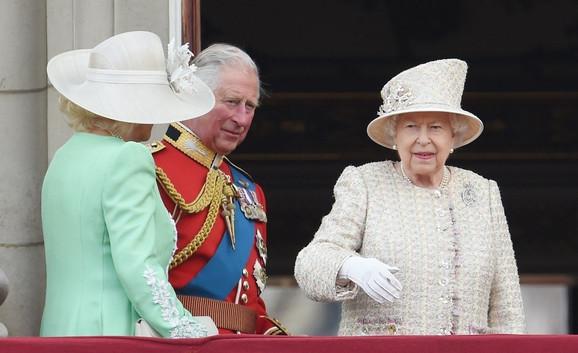 Ništa od Čarlsa - kraljica sa sinom i njegovom suprugom Kamilom