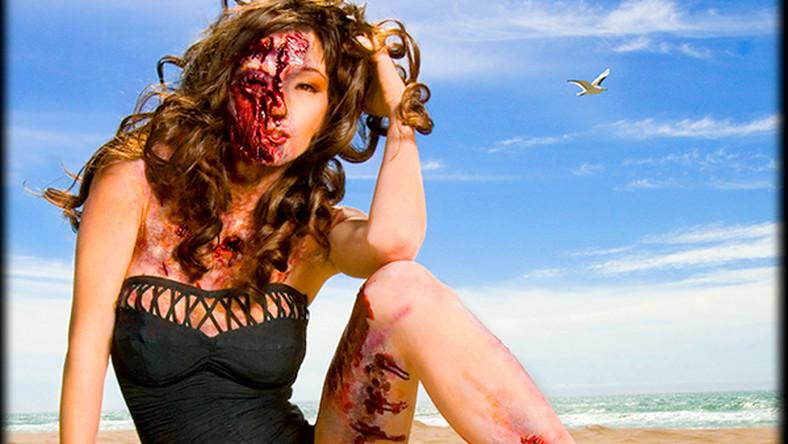 """Kalendarz """"My zombie pinup"""", który przedstawia 12 dziewcząt-zombie odwołuje się stylistyką do modnych w latach 50. fotografii ze skąpo ubranymi, uśmiechniętymi dziewczętami , tzw. pin-upów"""