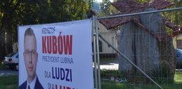 Skandal! Poseł PiS rozwiesił plakaty w miejscu zbrodni
