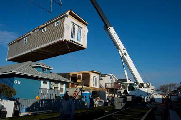 Składanie domów modułowych w miejscu, które wcześniej zostało zniszczone przez huragan Sandy. Long Beach, Nowy Jork, 29.10.2013 (1)