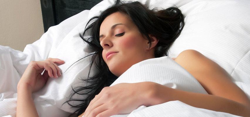 Upały panują nawet w nocy? Bez piżamy będzie ci chłodniej! Tylko czy spanie nago jest zdrowe?