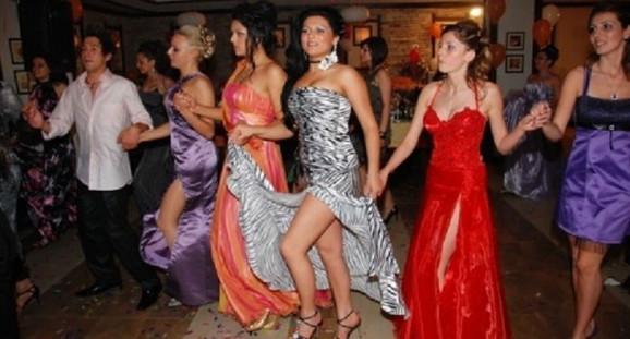 Ako dugačka haljina zasmeta, može i da se podigne