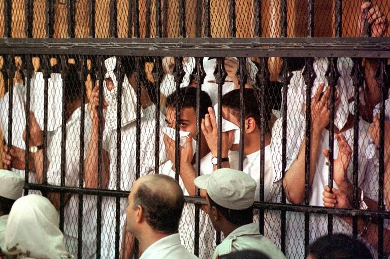 Młodzi Egipcjanie oskarżeni o rozwiązłość z mężczyznami, Kair, 2001 rok