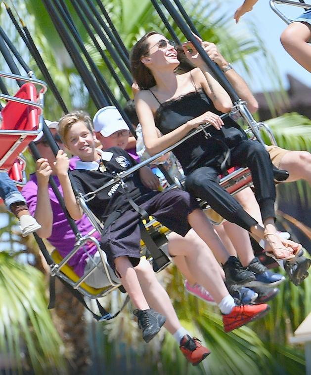 Angelina Jolie z dziećmi w Disneylandzie