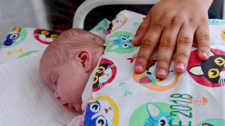 """Dziewczynka urodziła się 13 lutego w szpitalu w Gryficach. Ważyła 450 g i mierzyła 27 cm. Została przetransportowana specjalistyczną karetką neonatologiczną do szpitala """"Zdroje"""" w Szczecinie."""