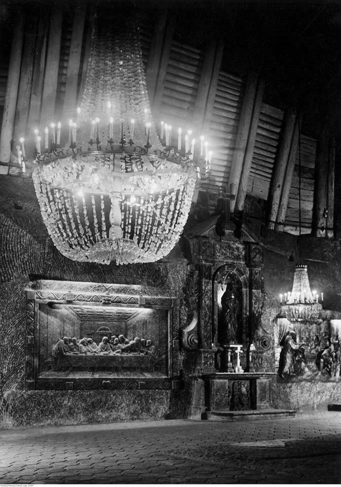 Wnętrze kaplicy św. Kingi w kopalni soli w Wieliczce, rok 1940