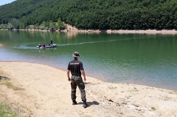 ŽELJKO ISKLIZNUO DRUGU IZ RUKU I NESTAO POD VODOM Ronioci pretražuju jezero za mladićem koji se utopio, porodica i prijatelji u šoku gledaju s obale