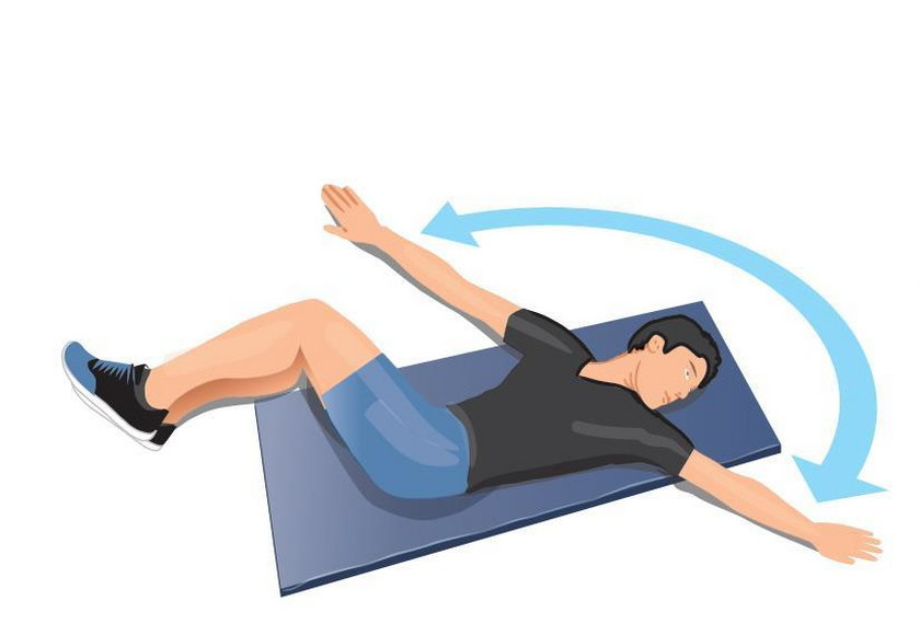 Ćwiczenie wieczorne 5. Połóż się na prawym boku i ugnij kolana. Ręce wyprostuj przed sobą, dłonie ułóż na wysokości klatki piersiowej.