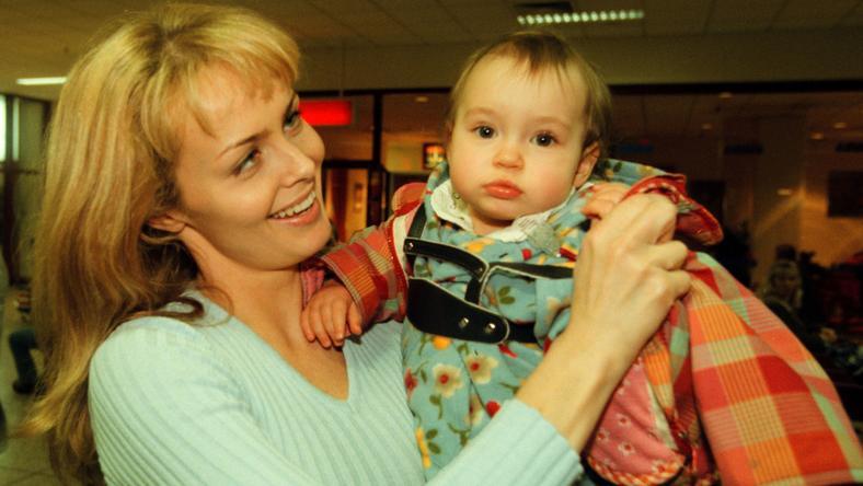 Roczna Julia Scorupco z mamą na lotnisku