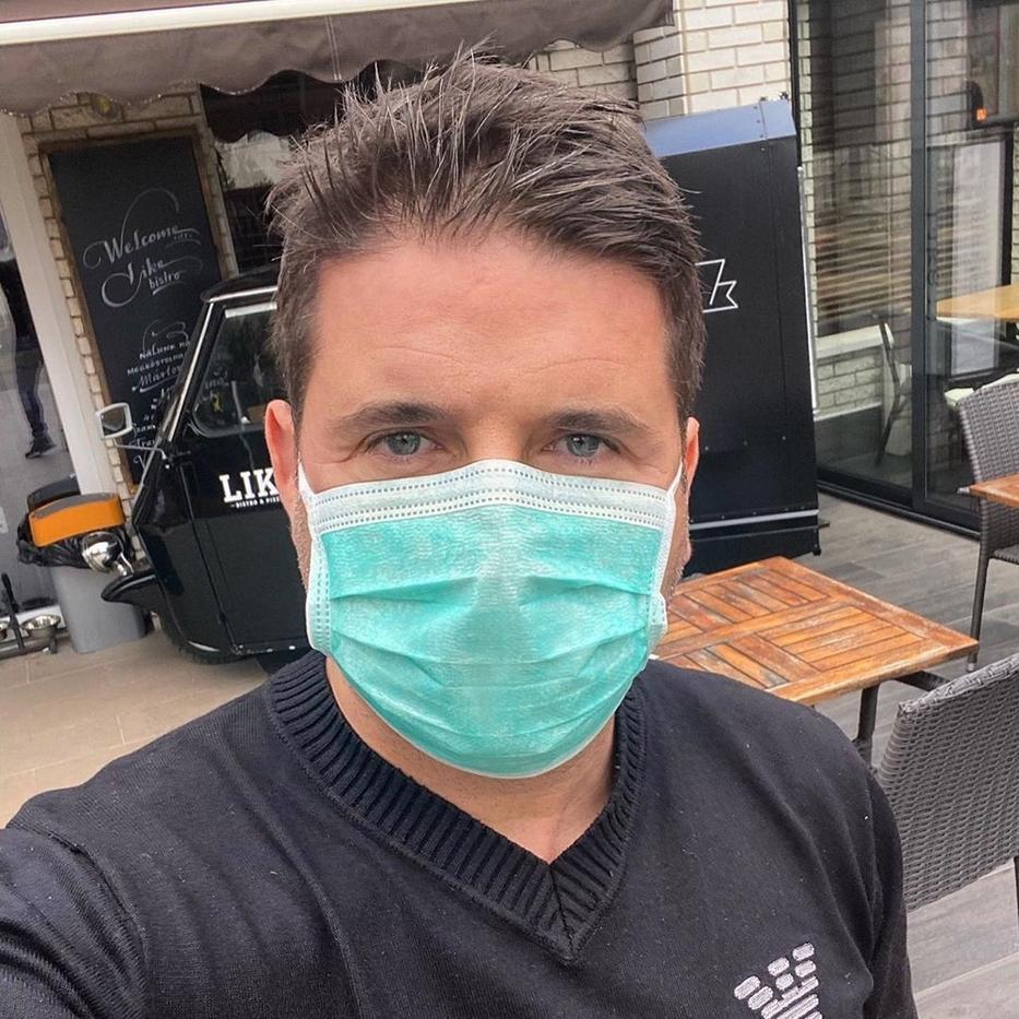 A producer a biztonság kedvéért maszkot húzott, nagyon beteg volt. / Fotó: Hajdú Péter - Instagram