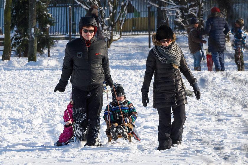 Kasia Cichopek z dziećmi na sankach