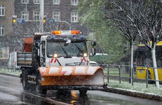 540 interwencji po opadach śniegu. RCB: 132 tys. odbiorców bez prądu