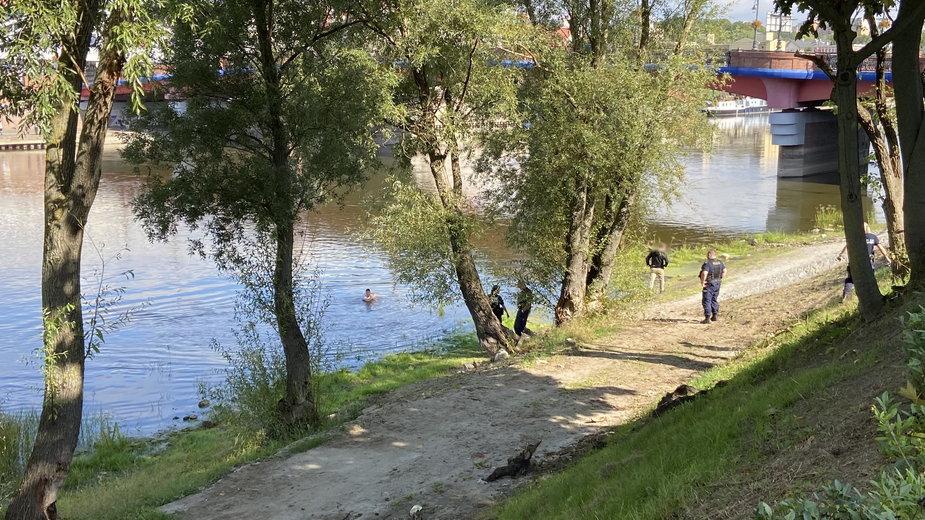 Młody mężczyzna uciekał przed policjantami. Wskoczył do rzeki
