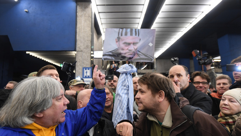 B. premier, obecnie szef Rady Europejskiej ma się stawić w środę w warszawskiej prokuraturze, gdzie będzie zeznawać jako świadek w śledztwie dotyczącym współpracy Służby Kontrwywiadu Wojskowego z rosyjską Federalną Służbą Bezpieczeństwa. Pierwotnie przesłuchanie wyznaczono na 15 marca - Tusk nie mógł wówczas stawić ze względu na udział w sesji Parlamentu Europejskiego.