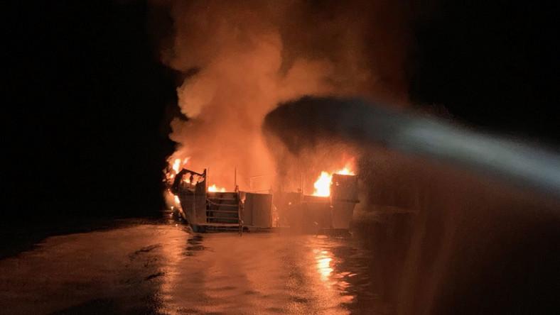 Pożar statku u wybrzeży Kalifornii