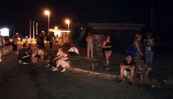Noć su proveli na trotoaru
