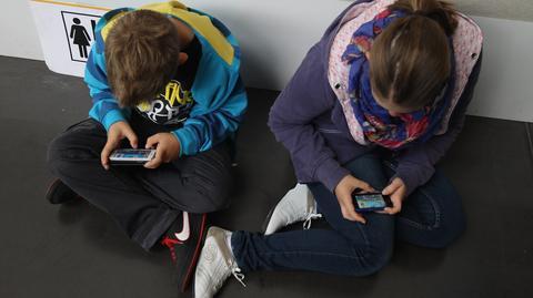 Nastolatkowie korzystają ze smartfonów w domu i w szkole. Prawie co trzeci przez ponad 5 godzin dziennie
