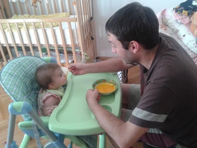 Tata hrani dete