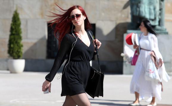 Devojke u lepršavim haljinicama hodaju gradom