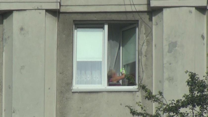 Sprzątaczka w mieszkaniu zajmowanym przez Komendanta Głównego