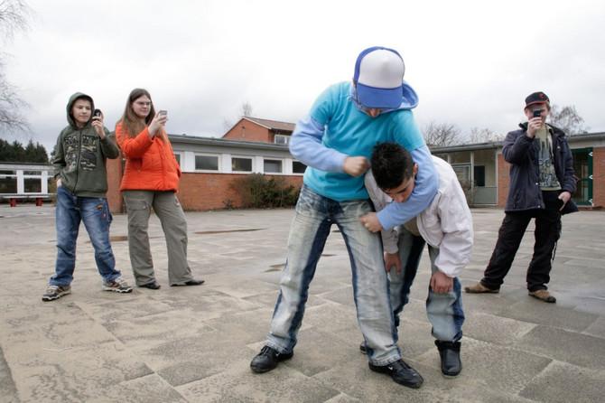 Nije redak slučaj da deca snimanju vršnjačko nasilje koje se dešava drugom detetu