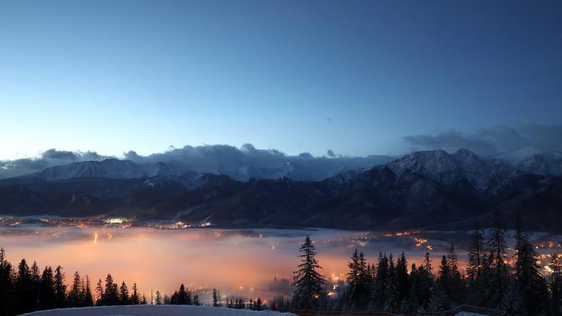 Widok z Gubałówki na spowite mgłą Zakopane