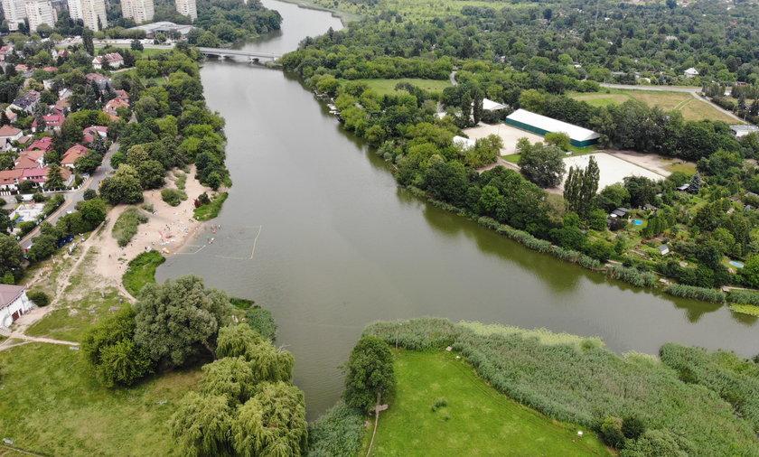 Rezerwat obejmuje ponad 46 ha, ale samo jeziorko ma 14 ha.