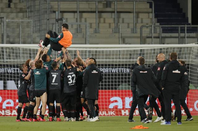 Slavlje ekipe Verdera posle opstanka u Bundesligi nakon dva meča sa FK Hajdenhajm