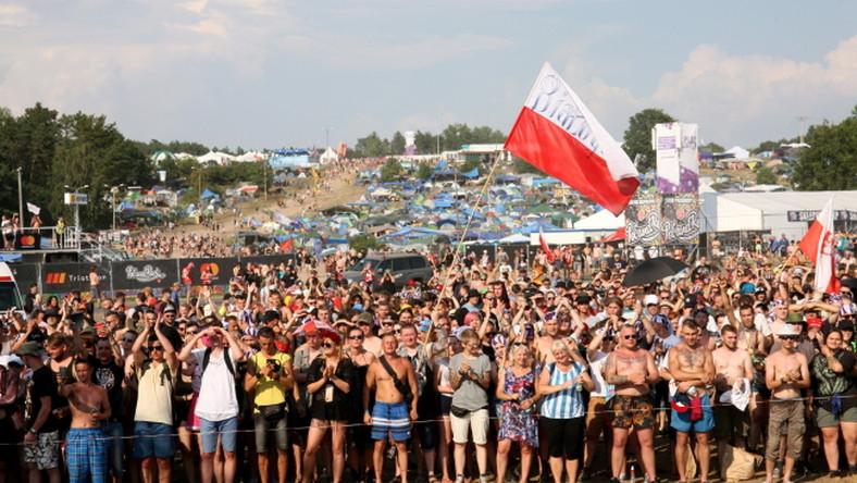 Uczestnicy festiwalu Pol'and'Rock podczas uroczystości upamiętniających 74. rocznicę wybuchu Powstania Warszawskiego, 1 sierpnia w Kostrzynie nad Odrą