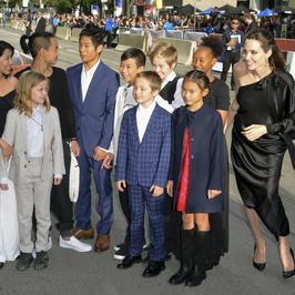 """Angelina Jolie z dziećmi na premierze filmu """"Najpierw zabili mojego ojca"""" w Toronto"""