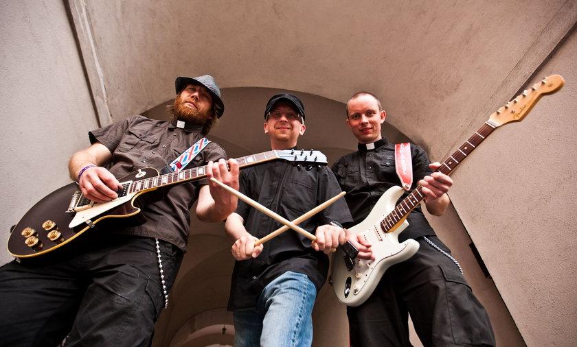 pinokio brothers ksiądz gitara księża