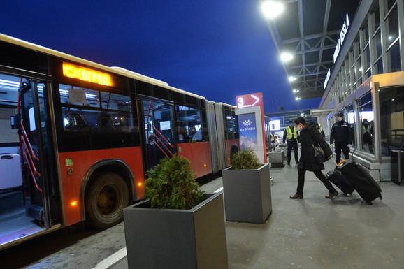 Srpski državljani koji su sleteli iz Londona, upućeni su u specijalne autobuse