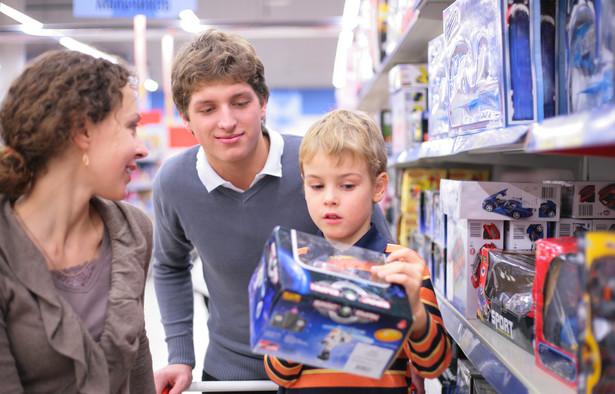 Ta sytuacja jest karą nie tylko dla dziecka, które cierpi i wymaga leczenia, lecz przede wszystkim dla rodziców. Nadal przy kupnie zabawki dla pociechy przeważa chęć zadowolenia malucha, zwłaszcza gdy towarzyszy mamie czy ojcu w sklepie i gorąco nalega, a nawet niekiedy ucieka się do histerii, aby osiągnąć swój cel. Drugim czynnikiem jest cena.