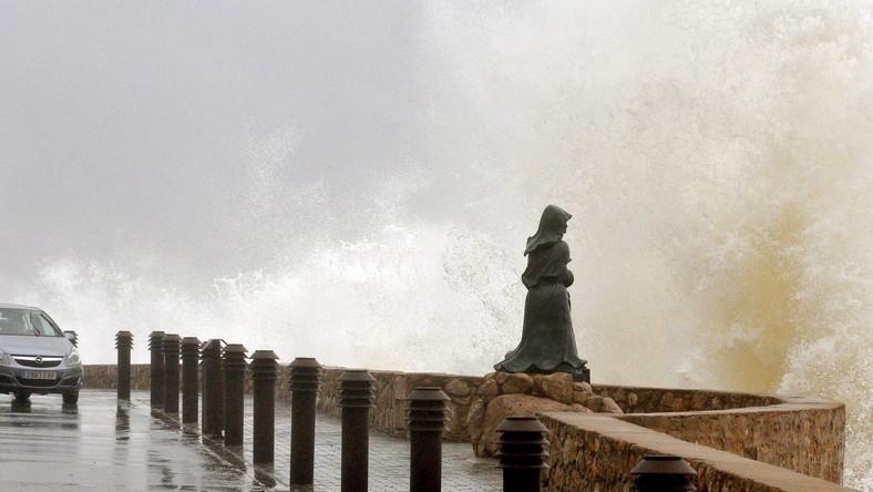 Fale sztormowe uderzają w promenadę w L'Escala, w północnej Hiszpanii