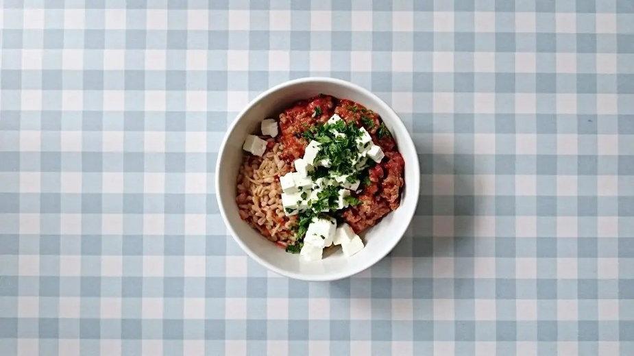 Sos pomidorowy z mięsem i fetą - zachwycisz całą rodzinę!