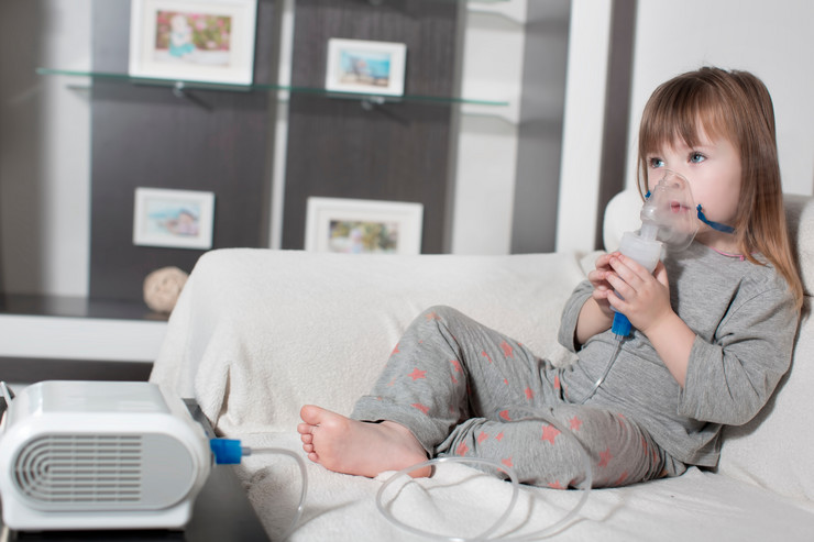 Inhalacija stock-photo-little-girl-making-inhalation-with-nebulizer-at-home-child-asthma-inhaler-inhalation-nebulizer-767023786