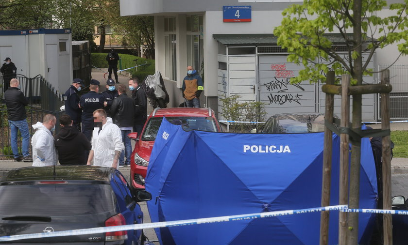 Policjanci, którzy przybyli na miejsce zostali zaatakowani przez mężczyznę uzbrojonego w nóż.