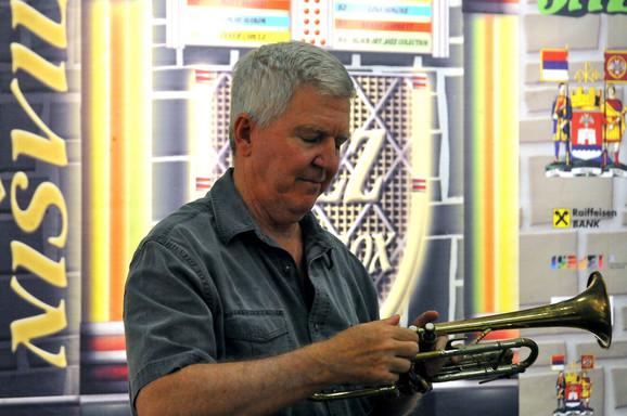 Kajl Skat, ambasador Amerike u Beogradu svira trubu u Nišu