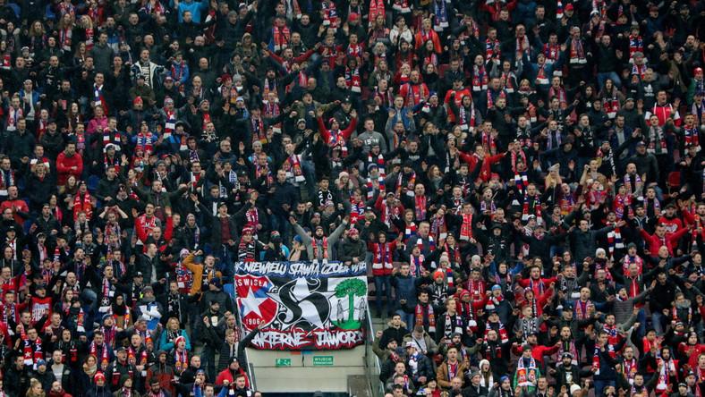 Kibice Wisły Kraków podczas meczu piłkarskiej Ekstraklasy