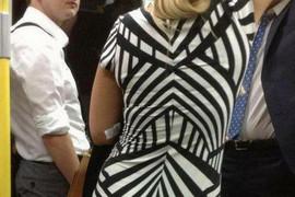 Provozala se gradskim prevozom potpuno sređena: Putnici su odmah videli BEZOBRAZAN DETALJ na haljini koji ona nije primetila - da li ga vidite?